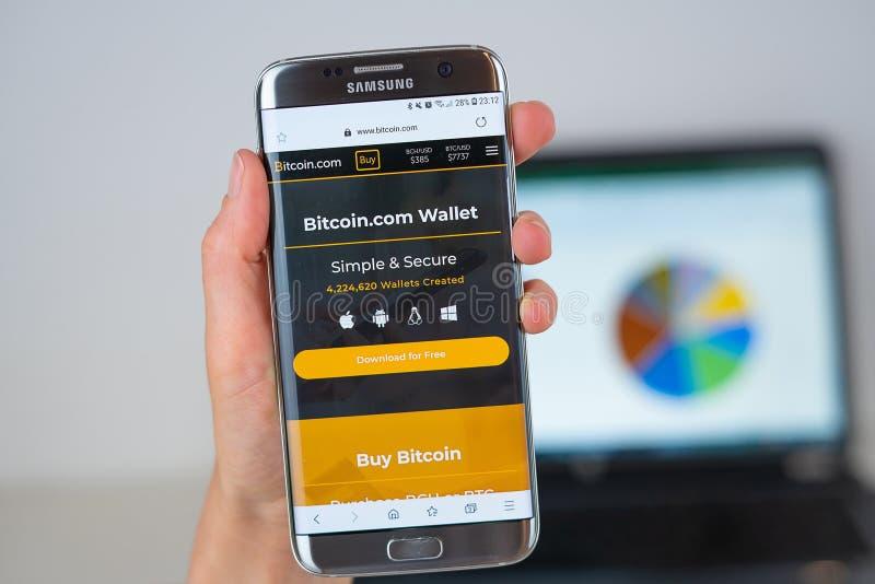 Webbplats av det Bitcoin företaget på telefonskärmen royaltyfria foton