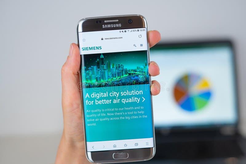 Webbplats av det Siemens företaget på telefonskärmen royaltyfri bild