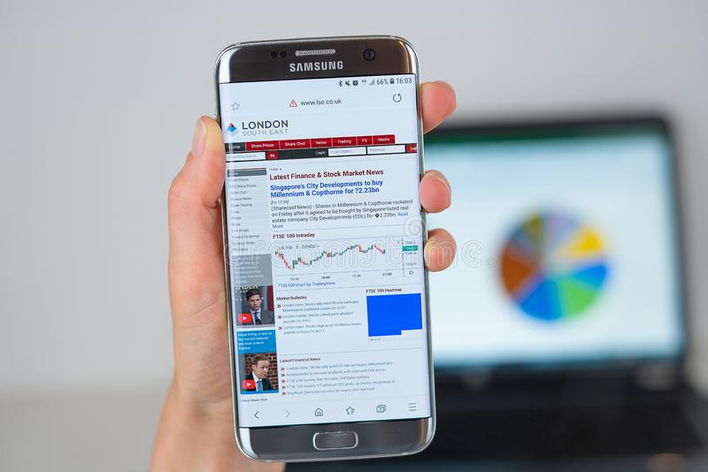 Webbplats av London Stock Exchange på telefonskärmen arkivbilder