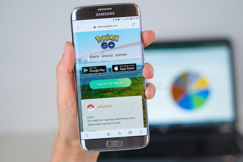 Webbplatsen av Pokemon går levande på telefonskärmen arkivbilder