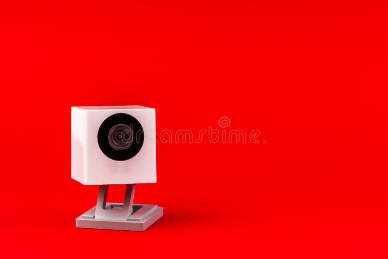 Webcamweiß auf einem roten Hintergrund, Gegenstand, Internet, Technologie c stockbild