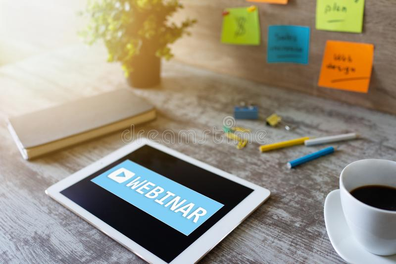 Webinar, обучение по Интернету, онлайн концепция образования на экране стоковые изображения rf