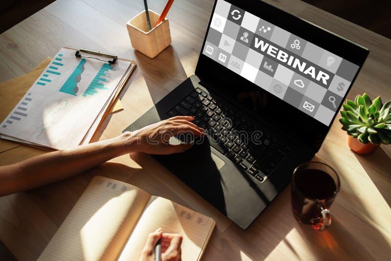 Webinar, обучение по Интернету, онлайн концепция образования на экране стоковое изображение