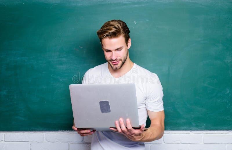 Webinar-E-Business-Grasenverbindung Zur?ck zu Schule Wirtschaftsschule Moderne Bildung online Internet des Manngebrauches 4g zu stockfoto