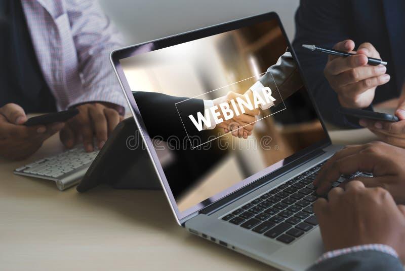 WEBINAR ręka na stołowym use biznesie Wyszukuje związek w komputerze, kawa, rozłamu brzmienie obraz royalty free