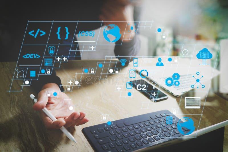 Website-Designer, die digitale Tablet-Dockingtastatur und Computer-Laptop mit Smartphone, Social Diststancing und Arbeiten von zu stockfotos