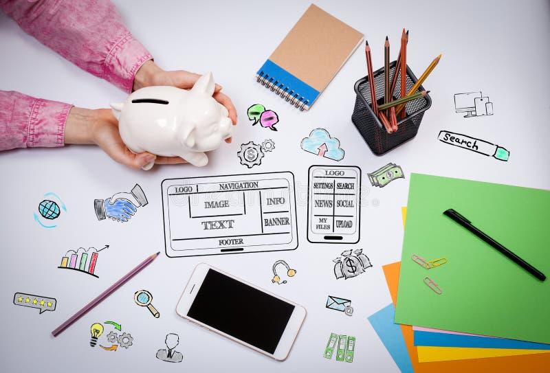 Website en mobiel app ontwikkelingsconcept Bedrijfs vrouw met een spaarvarken stock foto's