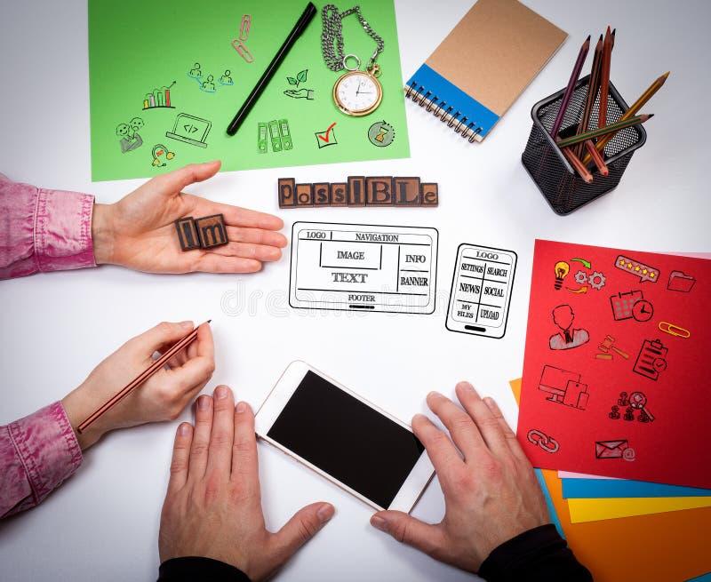 Website en mobiel app ontwikkelingsconcept De vergadering bij de witte bureaulijst royalty-vrije stock afbeelding