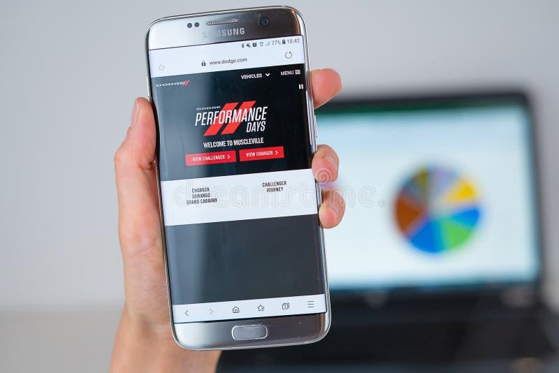 Website van Dodge-bedrijf op het telefoonscherm royalty-vrije stock fotografie