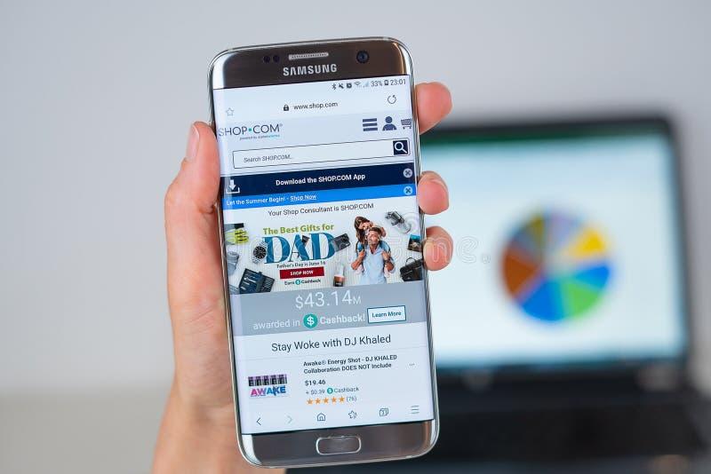 Website van Winkel Com-bedrijf op het telefoonscherm stock afbeeldingen