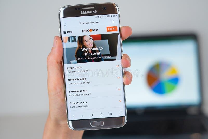 Website von Discover Firma auf Telefonschirm lizenzfreie stockbilder