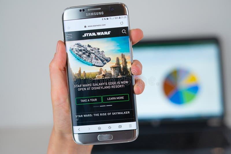 Website von Star Wars auf Telefonschirm lizenzfreie stockfotografie