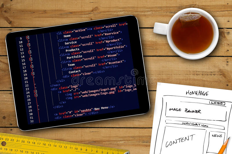 Website wireframe schets en programmeringscode inzake digitale tablet stock fotografie