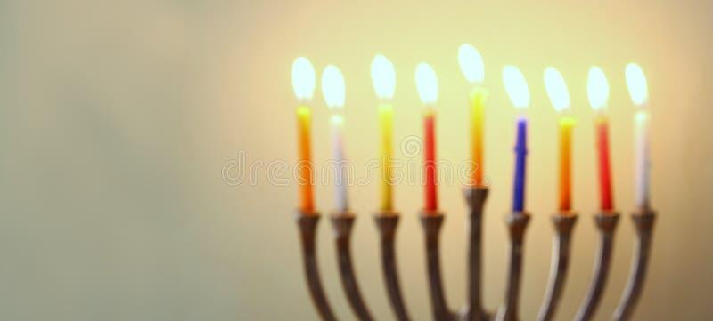 Websitebanerbild av av den judiska ferieChanukkah med menoror (traditionella kandelaber) arkivfoton