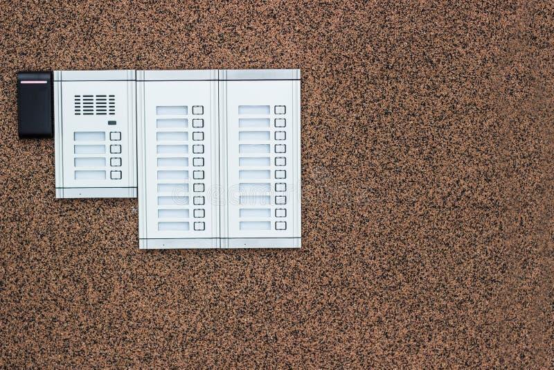 Wechselsprechanlagengebäude und Sicherheitstastatur lizenzfreie stockfotos