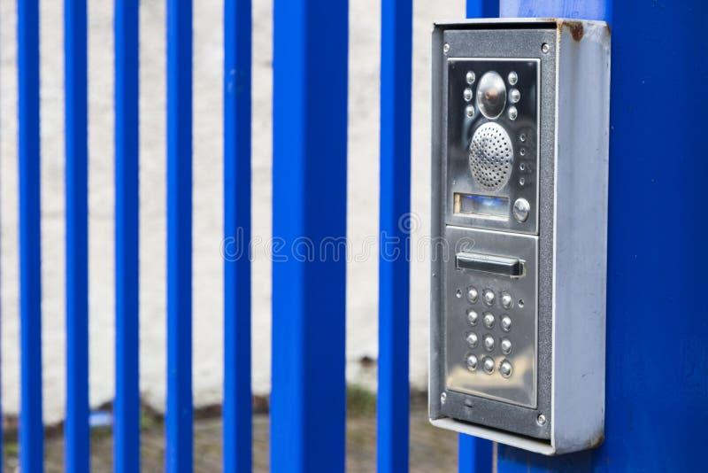 Wechselsprechanlagensummer auf einem blauen Tor stockfotos