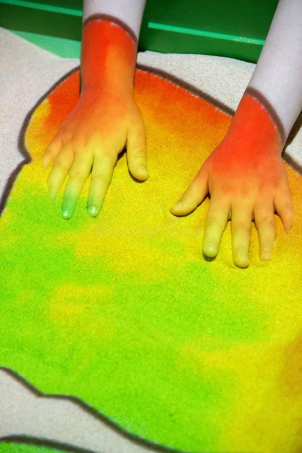 Wechselwirkender Sandkasten mit einem Projektor, dem Farbsand lig färbte stockbild