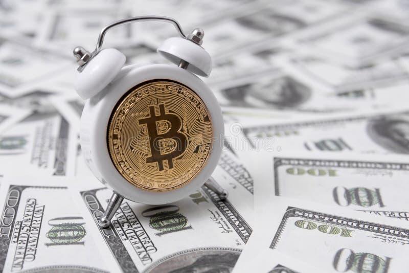 Wecker, bitcoin gegen den Hintergrund lizenzfreie stockfotos