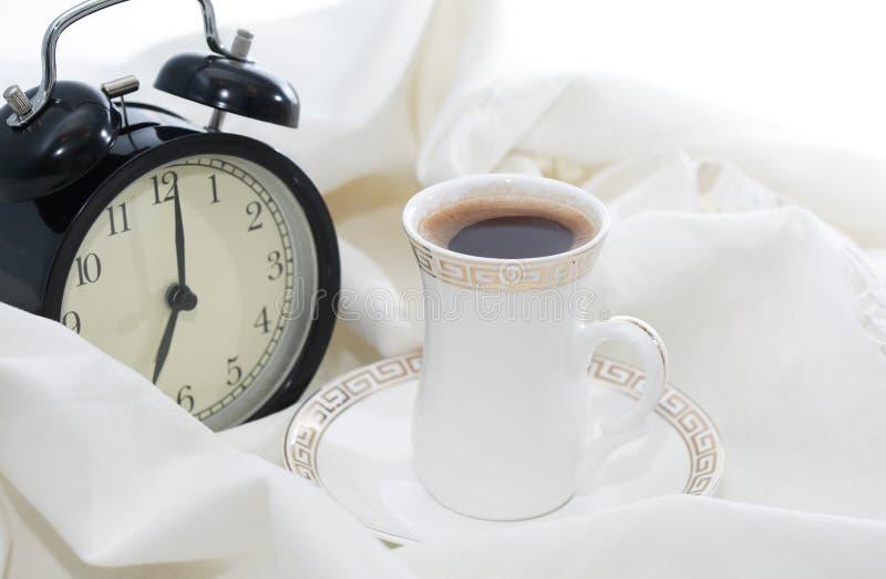 Wecker und Kaffee lizenzfreie stockbilder