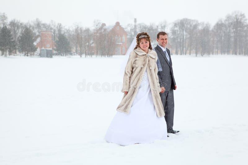 Wed eben die Paare, die auf dem Wintergebiet stehen stockbild