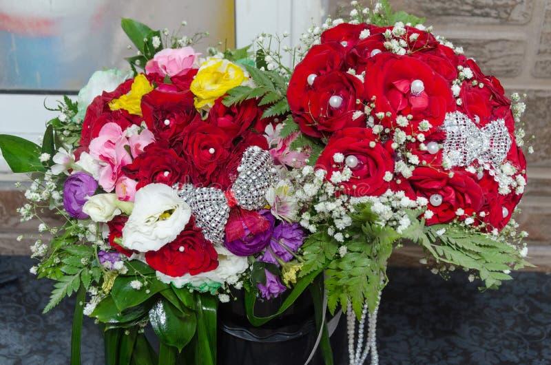 Wedding букет 2 красных роз и других красочных цветков стоковое изображение