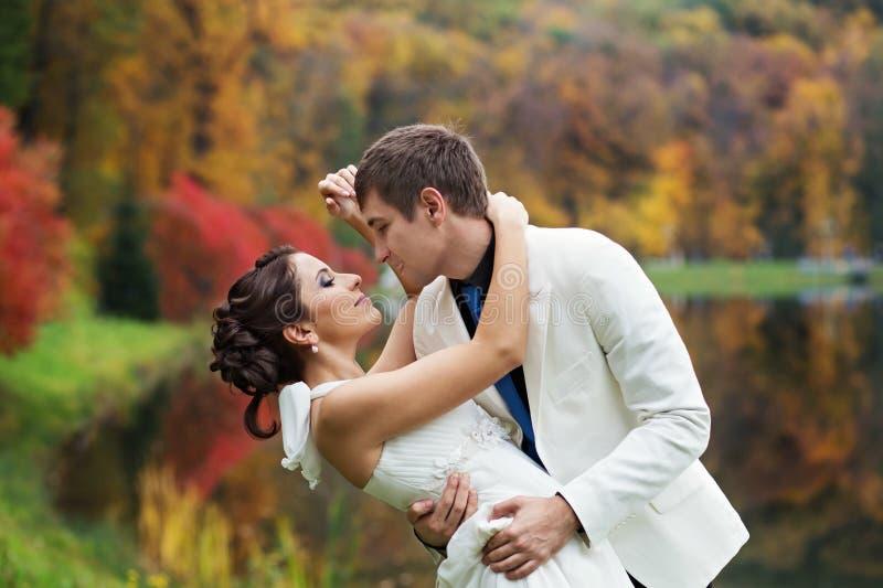 Wedding в парке осени стоковое фото rf