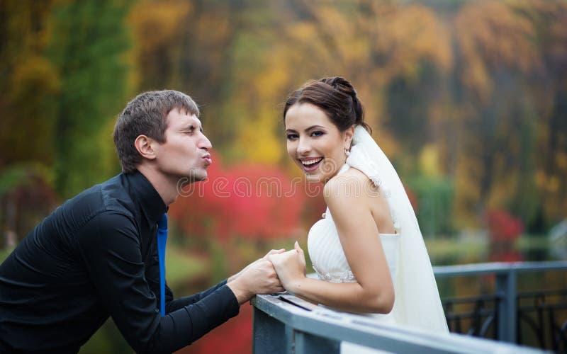 Wedding в парке осени стоковая фотография rf