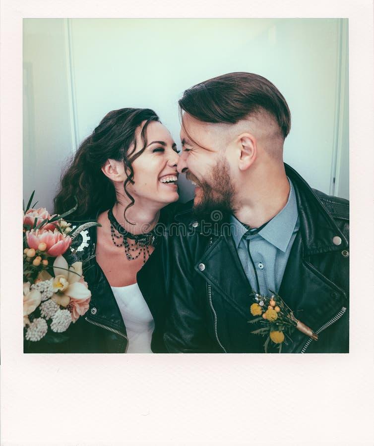 Wedding в стиле утеса Свадьба коромысла или велосипедиста Парни с стильными кожаными куртками Оно ` s младенец rocknroll _ стоковые изображения rf
