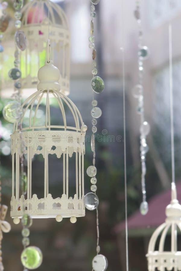 wedding декоративный birdcage с цветками на естественной задней части стоковые фотографии rf
