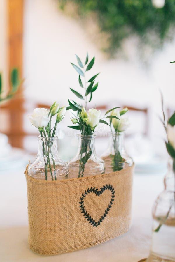 Wedding пакет украшенных бутылок с цветками стоковые фотографии rf
