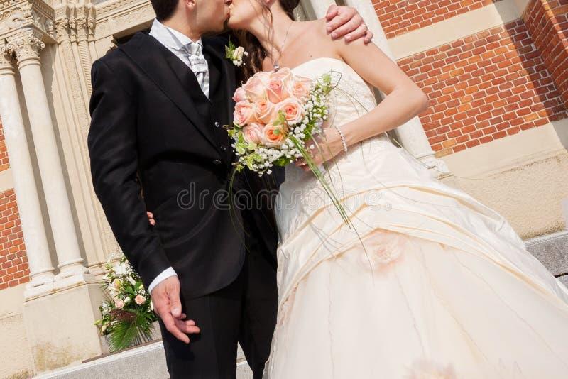 Wedding поцелуй стоковое изображение rf