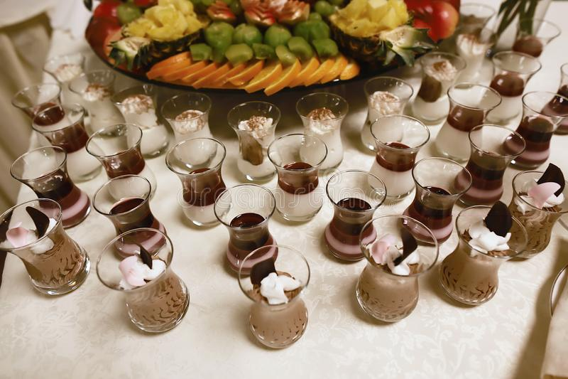 Wedding различные свежие фрукты и ягоды с вкусным цветом и десерты в чашках сливк шоколада на таблице шведского стола с decorati стоковые изображения rf