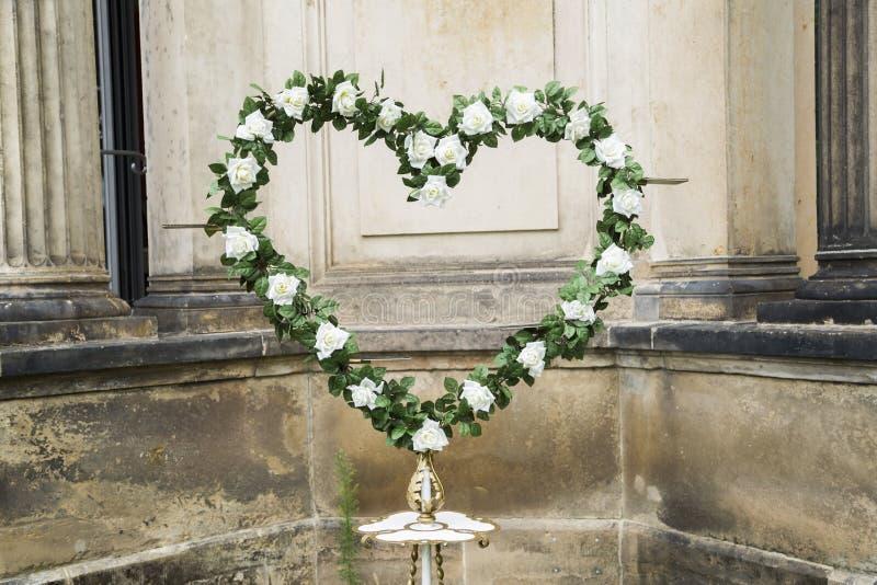 Wedding свежий венок белых роз с зелеными листьями стоковое изображение