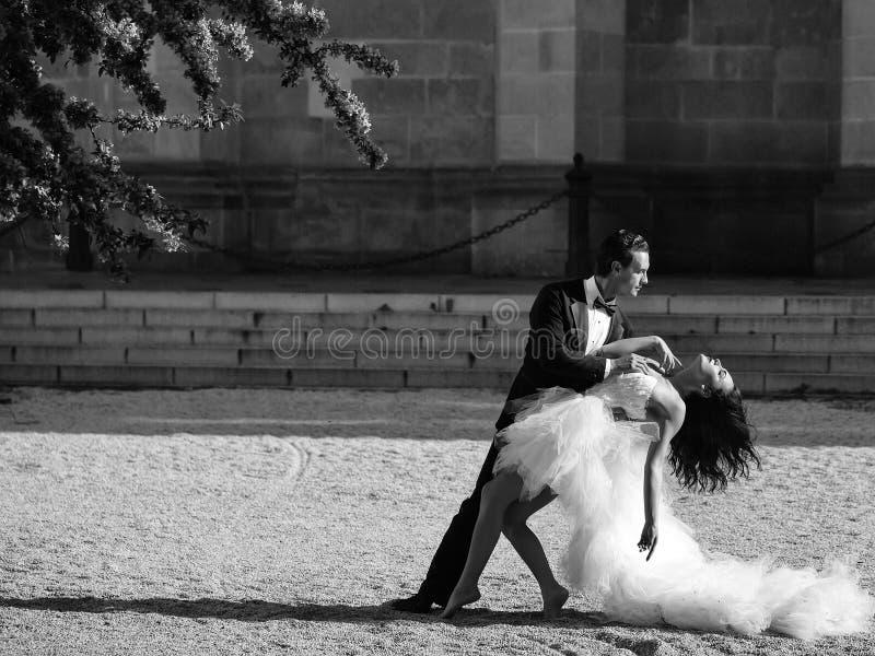 Wedding сексуальные пары танцуя солнечное внешнее стоковое фото