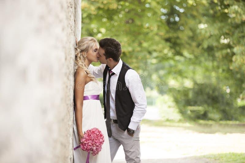 Wedding, счастливый молодой человек и праздновать женщины стоковая фотография rf