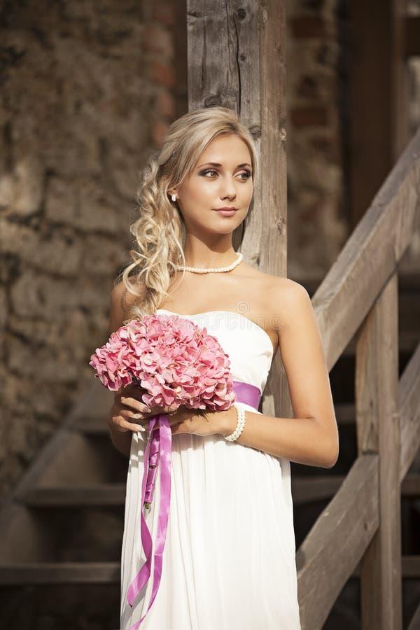 Wedding, счастливый молодой человек и праздновать женщины стоковое фото