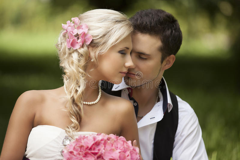 Wedding, счастливый молодой человек и праздновать женщины стоковое изображение