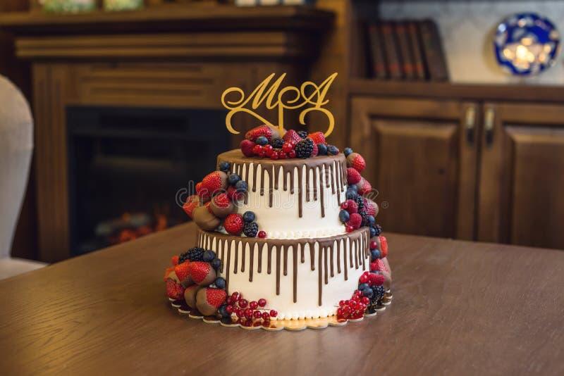 Wedding торт яруса белизны 2 украшенный с шоколадом и ягодами в поливе Концепция праздничных десертов стоковые фото