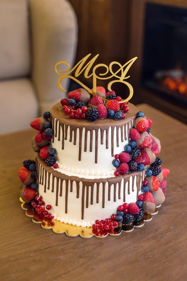 Wedding торт яруса белизны 2 украшенный с шоколадом и ягодами в поливе Концепция праздничных десертов стоковое изображение rf