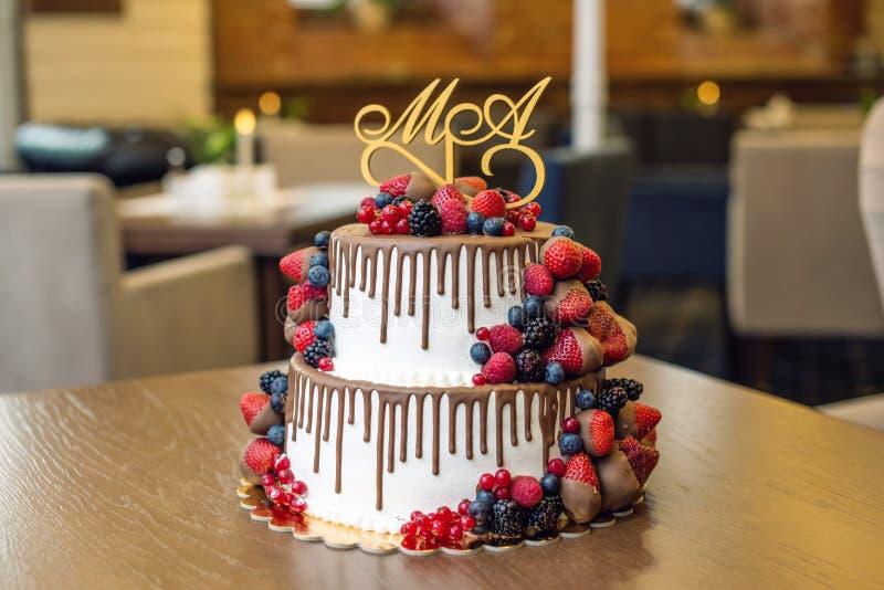 Wedding торт яруса белизны 2 украшенный с шоколадом и ягодами в поливе Концепция праздничных десертов стоковые фотографии rf