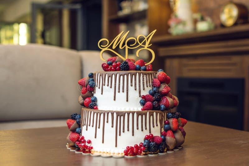 Wedding торт яруса белизны 2 украшенный с шоколадом и ягодами в поливе Концепция праздничных десертов стоковое изображение