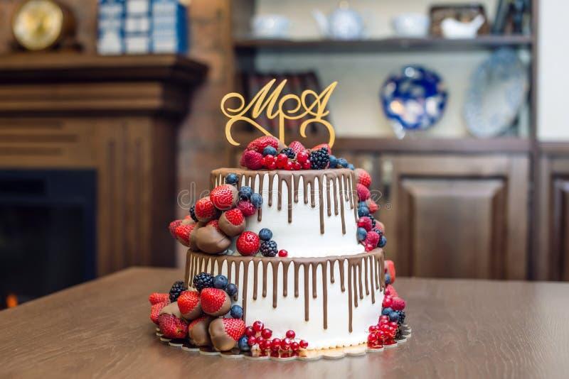 Wedding торт яруса белизны 2 украшенный с шоколадом и ягодами в поливе Концепция праздничных десертов стоковая фотография rf