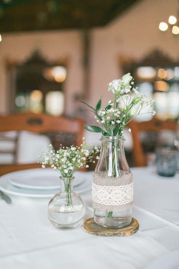 Wedding украшенная бутылка с цветком стоковая фотография rf
