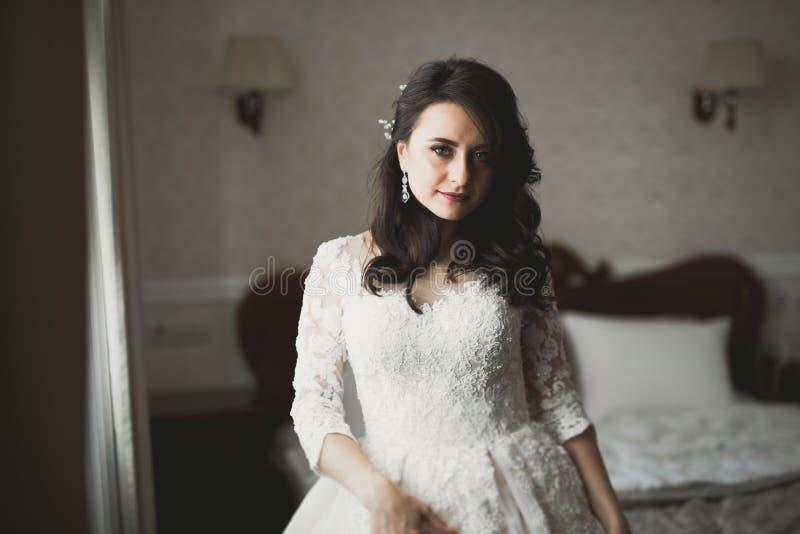 Портрет красивой невесты моды, сладкий и чувственный Свадьба составляет и волосы стоковая фотография rf