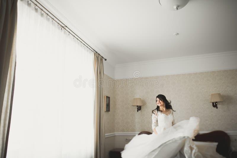 Портрет красивой невесты моды, сладкий и чувственный Свадьба составляет и волосы стоковое изображение rf