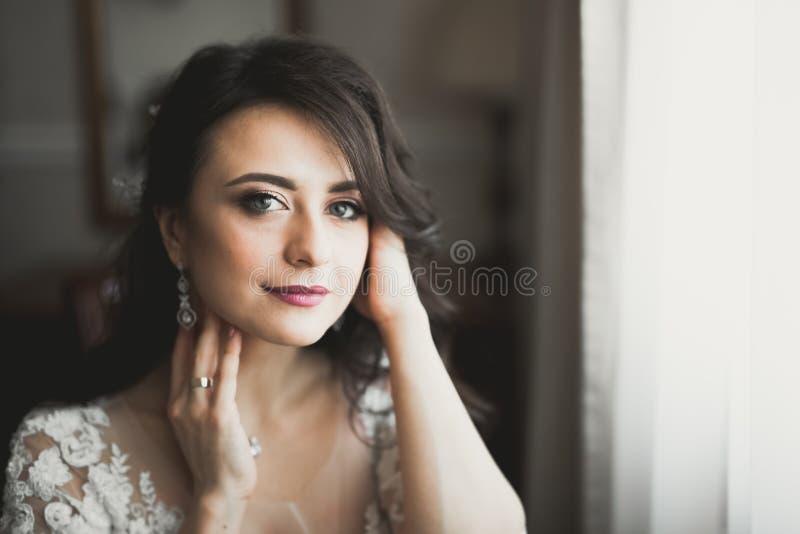 Портрет красивой невесты моды, сладкий и чувственный Свадьба составляет и волосы стоковая фотография