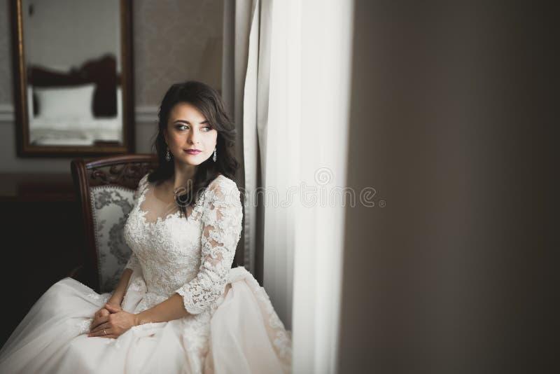Портрет красивой невесты моды, сладкий и чувственный Свадьба составляет и волосы стоковое фото rf