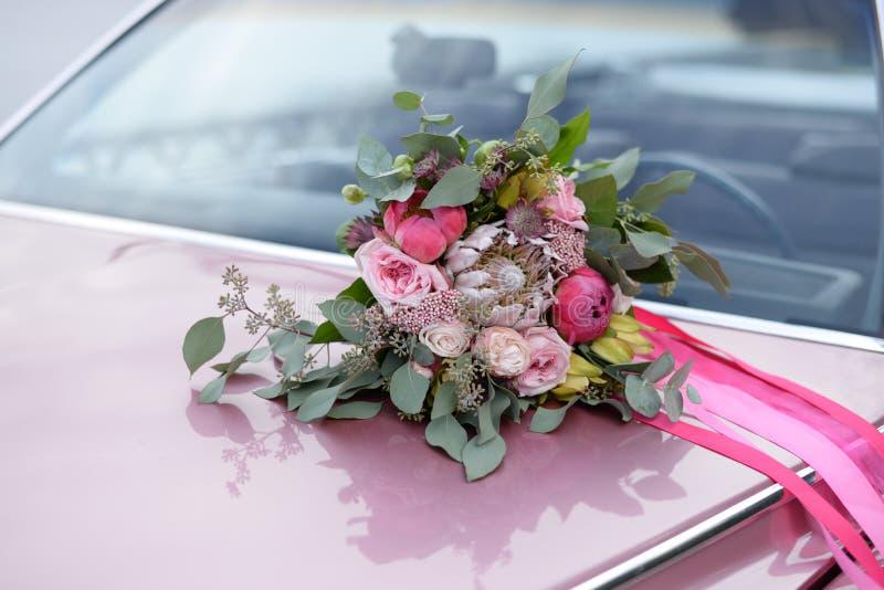 Wedding Brautblumenstrau? Brautblumenstrauß auf dem Auto lizenzfreies stockfoto