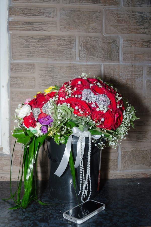 Wedding bridal букет в черном пластичном ведре на предпосылке стены стоковая фотография