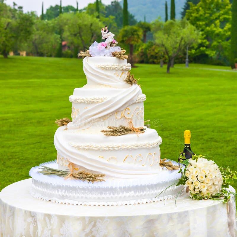 outdoor wedding cake royalty free stock photos